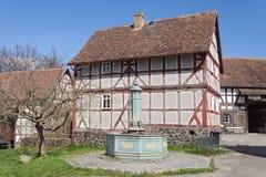 有喷泉的老半木料半灰泥的房子 免版税库存照片