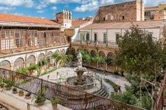 有喷泉的色彩强烈修道院在圣诞老人Caterina教会的庭院,巴勒莫,西西里岛里 库存图片