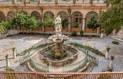 有喷泉的色彩强烈修道院在圣诞老人Caterina教会的庭院,巴勒莫,西西里岛里 图库摄影