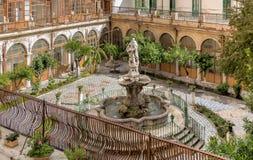 有喷泉的色彩强烈修道院在圣诞老人Caterina教会的庭院,巴勒莫,西西里岛里 库存照片
