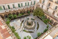 有喷泉的色彩强烈修道院在圣诞老人Caterina教会的庭院,巴勒莫,西西里岛里 免版税库存照片