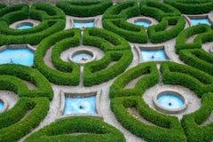 有喷泉的英国庭院 免版税库存照片