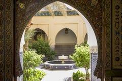 有喷泉的露台在现代阿拉伯宫殿 库存照片