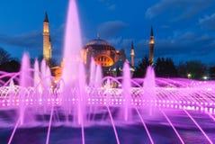 有喷泉的Aya索非亚清真寺在与光的夜 免版税库存图片
