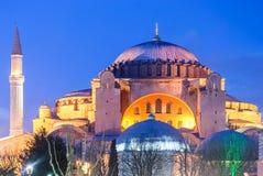 有喷泉的Aya索非亚清真寺在与光的夜 图库摄影