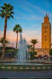 有喷泉的Koutoubia清真寺在前景 免版税库存图片