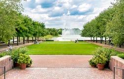 有喷泉的People参观的湖在芝加哥植物园 库存图片