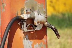 有喷管的老橙色柴油泵浦 图库摄影