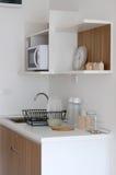 有器物的现代餐具室 库存图片