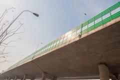 有噪声保护特写镜头的绿色桥梁 图库摄影