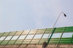 有噪声保护的绿色桥梁 库存图片