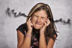 有噪声的孩子在耳朵 免版税库存图片