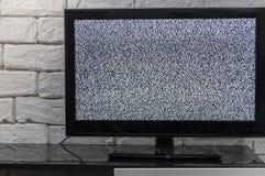 有噪声glitcher作用的电视屏幕 没有信号或没有通信概念与土气或顶楼样式innterior 免版税库存照片