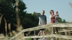 有四个孩子的愉快的家庭桥梁的在公园充分的HD 股票录像