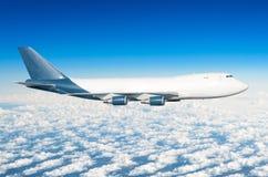 有四个引擎的飞机,没有舷窗的卡车在云彩飞行旅途太阳高度上的天空 免版税库存图片