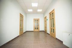 有四个木门的走廊 免版税库存图片