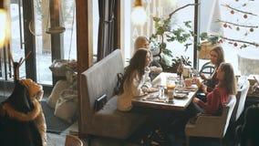 有四名可爱的妇女午餐和谈论 股票视频
