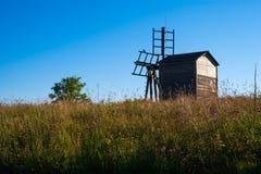 有四把刀片的木风车 库存照片