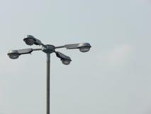 有四条胳膊的街道路灯柱在蓝天 免版税图库摄影
