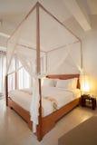 有四根帐杆的卧床床 免版税库存照片