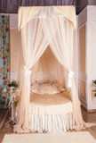 有四根帐杆的卧床床 库存照片