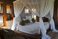 有四根帐杆的卧床河床在非洲小屋里 免版税库存图片