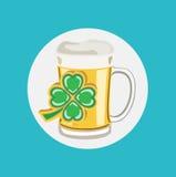 有四片叶子三叶草平的设计的啤酒杯杯子 图库摄影