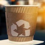 有回收的标志咖啡杯 免版税库存图片