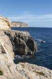 有回来从马耳他的蓝色洞穴的观光者的小船 库存照片