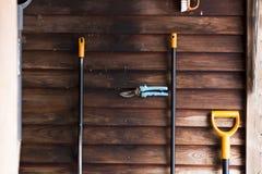 有园艺工具的老土气棚子,黑暗的木墙壁 免版税库存图片