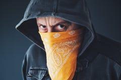 有围巾的戴头巾帮会成员罪犯在面孔 免版税库存照片