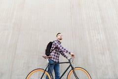 有固定的齿轮自行车和背包的行家人 库存图片
