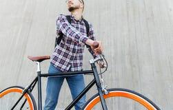 有固定的齿轮自行车和背包的行家人 免版税库存图片