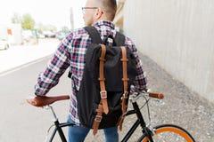 有固定的齿轮自行车和背包的行家人 免版税图库摄影