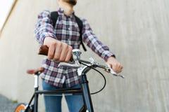有固定的齿轮自行车和背包的行家人 免版税库存照片
