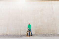 有固定的齿轮自行车的愉快的年轻行家人 库存图片
