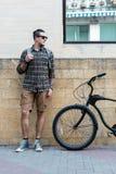 有固定的齿轮自行车的英俊的年轻人旅客在街道生活方式都市每天概念 库存图片