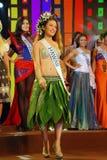 有国家服装的夏威夷小姐 免版税图库摄影