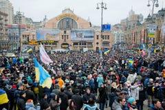 有国家标志的许多人民在两个星期反政府抗议期间的拥挤街道上在基辅的中心 免版税库存照片