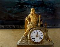 有国王小雕象的古色古香的法国披风时钟  库存图片