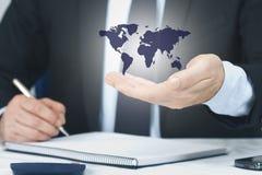 有国际地图的手 免版税库存照片