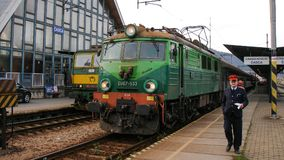 有国际火车的波兰电力机车EU07在Cadca在斯洛伐克 图库摄影