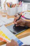 有图形输入板和颜色图表的室内设计师 免版税库存照片