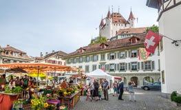 有图恩-瑞士的城堡的市场 免版税库存图片