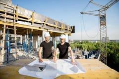 有图画的工作者在建造场所 免版税库存照片