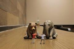 有图的人们塑料动物玩具 皇族释放例证