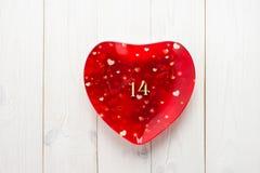 有图的红色板材一个和四在一张白色木桌 的treadled 免版税库存图片