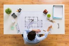 有图纸的建筑师写给剪贴板的 免版税库存照片