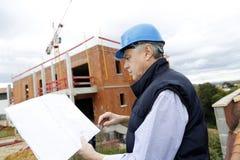 有图纸的建筑经理在站点 库存图片
