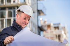 有图纸的建筑经理 免版税库存图片